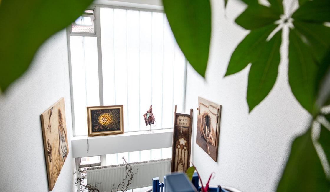 Treppenhaus mit Kunstwerken aus der Gestaltungstherapie